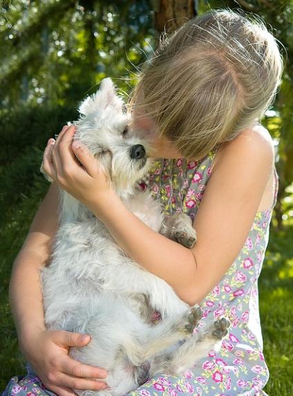 Kind umarmt einen Hund