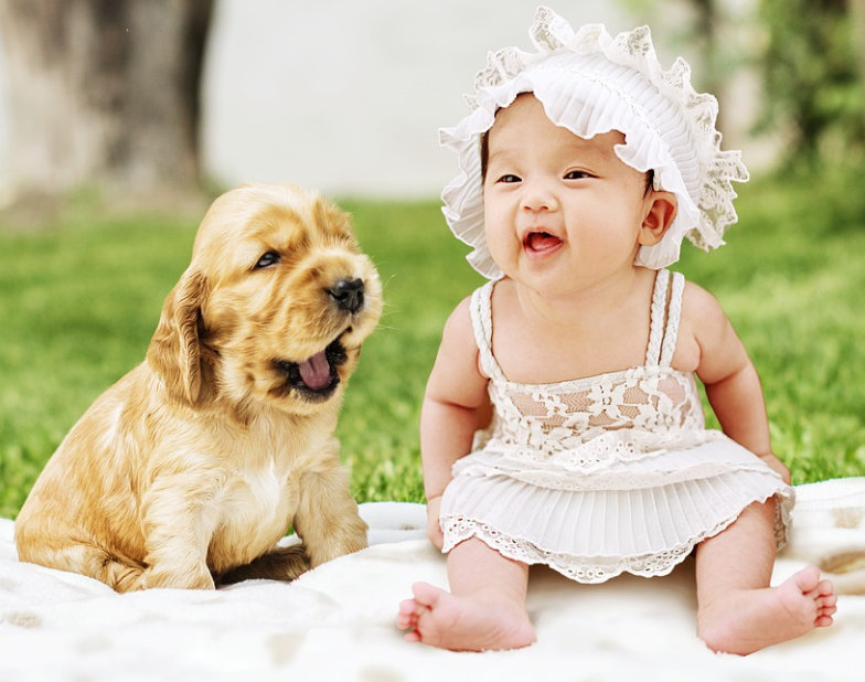 ein Baby und ein Welpe